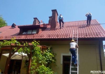 Montaż paneli na dachu